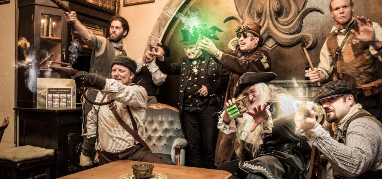 sieben Männer feuern aus altertümlichen und futuristischen Waffen