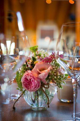 Tischgedeck mit Blume