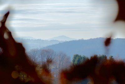 Ein Berg am Horizont im Nebel