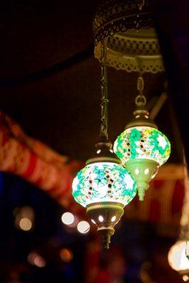 zwei reich verzierte Lampen