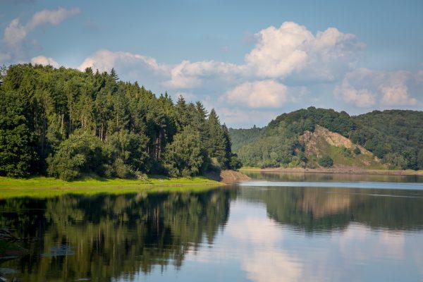 Wahnbachtalsperre - Wald, Wolken und Wasser