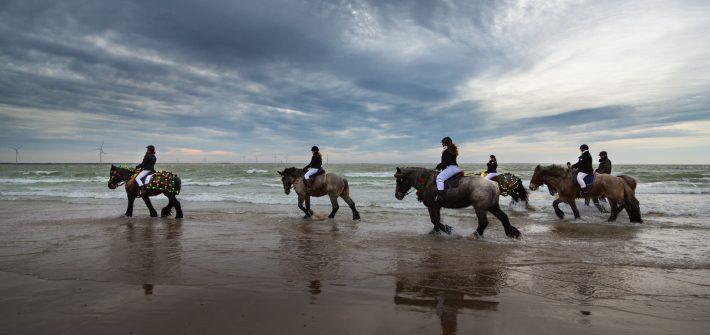 Reiter vor beeindruckendem Wolkenhimmel über der Nordsee