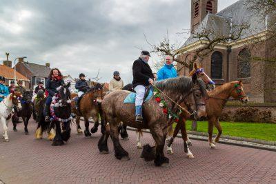 Pferde im Dorfzentrum