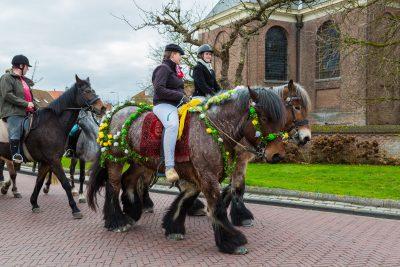Reiterinnen mit geschmückten Pferden