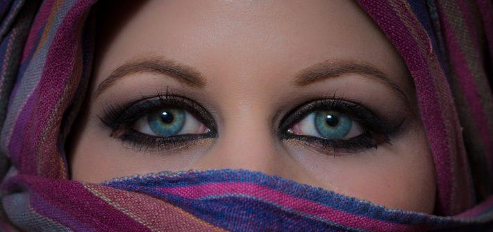 Portrait einer Jungen Frau mit Schleier und blauen Augen